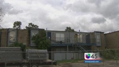 Tornado deja complejo de departamentos al suroeste de Houston inhabitable
