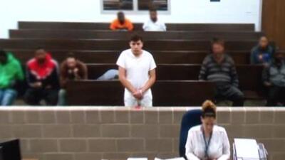 Tiene 18 años, cursaba el grado 12 y ahora está preso bajo cargos de matar a dos hermanos hispanos