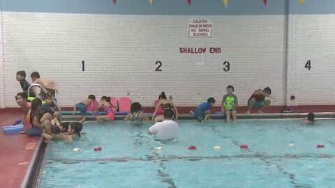 Abren piscina para que la comunidad de La Villita reciba clases de natación totalmente gratis