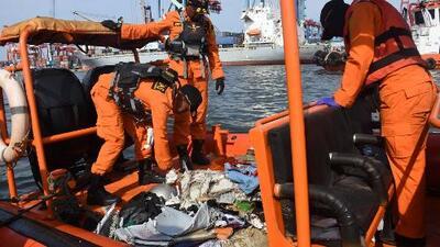 Recuperan seis cuerpos en el mar de un avión que se estrelló con 189 personas a bordo