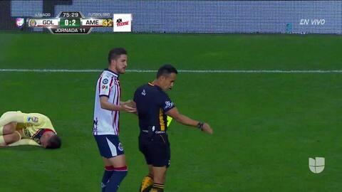 Tarjeta amarilla. El árbitro amonesta a Miguel Ponce de Guadalajara