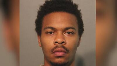 Acusado de asesinar a un estudiante de Chicago en el 2018 deberá permanecer tras las rejas mientras finaliza el juicio