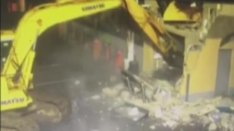 En video: Un ladrón usa una máquina excavadora para romper una pared y robar una cajero automático