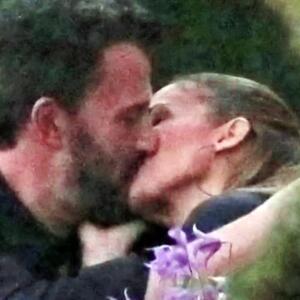 JLo en polémica por besarse con Ben Affleck frente a sus hijos