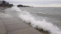 Imágenes del fuerte oleaje en lago Michigan durante advertencia por mal tiempo este lunes