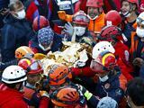 """""""Fue un milagro"""": encuentran viva bajo los escombros a una niña de 3 años tras el sismo en Turquía"""