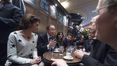 Tomando un café en La Bonne Biere, Ban Ki-moon rinde homenaje a las víctimas de los ataques en París