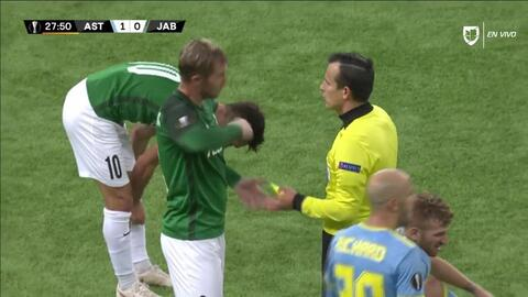Tarjeta amarilla. El árbitro amonesta a Vladimir Jovovic de FK Jablonec