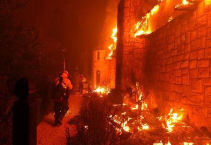 Bomberos de Cal Fire intentan extinguir las llamas del viñedo Chateau Boswell Winery, uno de los más reconocidos en el Valle de Napa por ser de los primeros en explotar la venta directa hacia los clientes.