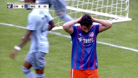 Con milagrosa atajada el portero Adrián Zendejas le niega el gol a Kenny Saief
