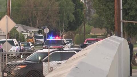 Policía busca a uno de los ocupantes de un auto que cayó a las vías del metro de Los Ángeles