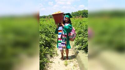 Hija de inmigrantes se toma sus fotos de graduada en el campo de cultivo donde trabajan sus padres