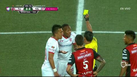 Tarjeta amarilla. El árbitro amonesta a Santiago García de Toluca
