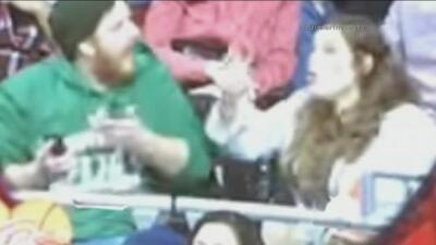 A un fan distraído le robó la novia la mascota de los Chicago Bulls