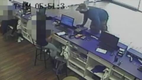 Buscan a un ladrón de tiendas de celulares en Fort Worth