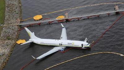 Autoridades federales investigan el caso de un avión que se salió de pista y cayó a río en Florida