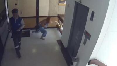 El impresionante rescate de un niño a punto de caer de un séptimo piso