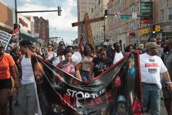 La muerte de un hombre negro a manos de la policía de Chicago genera protestas y disturbios