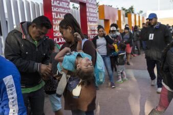 Migrantes llenan las calles de Tijuana y la Patrulla Fronteriza refuerza la valla (fotos)