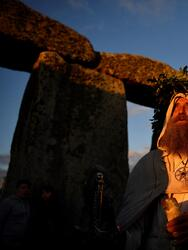 Un druida llega al monumento Stonehenge para celebrar el solsticio de verano, en Wiltshire (Reino Unido). EFE/ Neil Hall