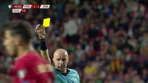 Tarjeta amarilla. El árbitro amonesta a Pepe de Portugal