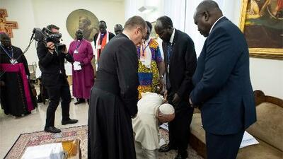 Papa Francisco les besa los pies a dos líderes africanos