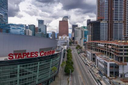 """Si vives en <a href=""""https://www.univision.com/local/los-angeles-kmex/guia-practica-sobre-coronavirus-en-los-angeles"""">Los Ángeles</a> o lo visitaste alguna vez, sabrás que los alrededores del popular Staples Center no lucen tan vacíos como ahora. <br>"""