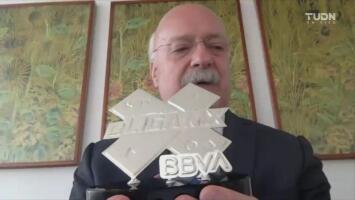 ¡Qué lindo trofeo! Bonilla 'entrega' el título de la eLiga MX a Nico Sosa