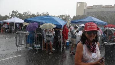 Sin importarles la lluvia y el calor, una multitud de hispanos espera a Trump en Orlando para el lanzamiento de su campaña
