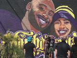 Artistas de Stockton pintan un mural en homenaje a Kobe Bryant y su hija Gianna