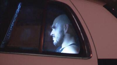 Sospechoso de robo se atrinchera en una tienda tras una persecución policial al este de Los Ángeles