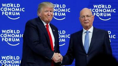 Entre abucheos el fundador del Foro de Davos alabó a Donald Trump
