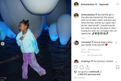 """En febrero de este año, Kim presumió en Instagram la primera portada en solitario de North, que tuvo lugar en la revista  <b><a href=""""https://wwd.com/beauty-industry-news/beauty-features/north-west-is-the-face-of-gen-z-gen-alpha-consumers-1203043323/"""" target=""""_blank"""">Women's Wear Daily,</a></b> en donde la publicación destacó a la niña por ser una influencia para los chicos de su generación: """"¡Mi bebé más elegante y hermosa, North, lanzó su primera portada [...] A ella  <b>le encanta la moda y la belleza</b> y se divierte mucho haciendo esto"""", destacó Kim."""