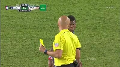 Tarjeta amarilla. El árbitro amonesta a Oscar Boniek García Ramírez de Houston Dynamo