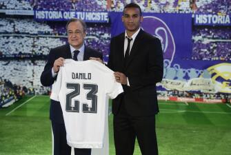 Danilo fue presentado con el Real Madrid en el Santiago Bernabéu