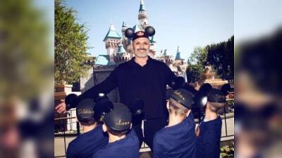 Le roban a Miguel Bosé las fotos de sus hijos en Disney y le exigen dinero para no publicarlas
