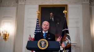 Biden acepta limitar acceso al cheque de ayuda de $1,400 presionado por demócratas del Senado