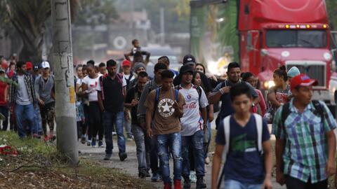 """Unos caminando y otros en autobuses: así partieron de Honduras unos migrantes en la llamada """"madre de las caravanas"""""""