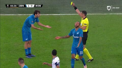 Tarjeta amarilla. El árbitro amonesta a Aleksandr Erokhin de Zenit St Petersburg