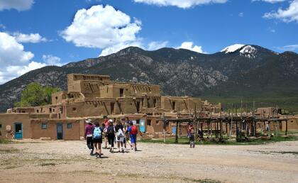 """<b>14.- Taos, Nuevo México .-</b> Con 2,124 habitantes esta localidad se coloca en el número 14 de la lista. Este lugar es famoso por ser el hogar de indígenas estadounidenses que le dan un sabor multicultural al área. Además, este sitio ha sido escenario de cintas como """"Easy Rider"""" y """"Butch Cassidy and the Sundance Kid"""". <br>"""