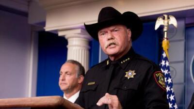 """""""No aprendió nada después de la tragedia de El Paso"""": critican duramente a un alguacil que desde la Casa Blanca llamó a inmigrantes """"borrachos"""""""
