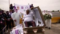 """""""Si no cumplo, que me entierren vivo"""": este candidato mexicano lanza su campaña política desde un ataúd"""