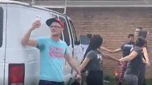 ICE vino a detenerlo y sus vecinos formaron una cadena humana para protegerlo y llevarlo a casa