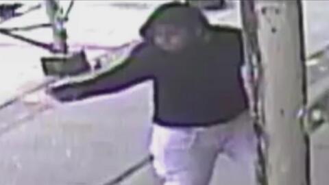 Autoridades buscan a sospechoso señalado de balear un joven en Manhattan