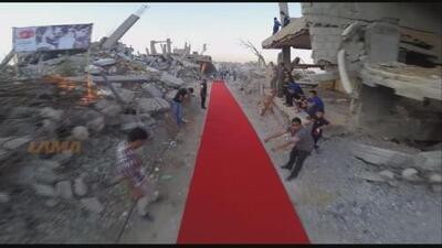 Una alfombra roja en medio de la destrucción en Gaza