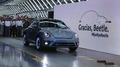 """Terminan 80 años de historia: Volkswagen echó a rodar el último """"escarabajo"""" que salió de su planta en México"""