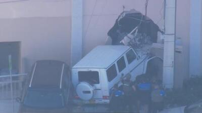 Supuesto robo en un autolavado termina en tiroteo y con vehículo incrustado en un edificio