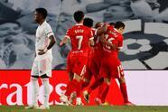 Real Madrid logra el empate de último minuto ante el Sevilla durante la fecha 34 de La Liga. Fernando Reguez e Iván Rakitic le daban la ventaja al equipo andaluz. Marco Asenesio anotó el primer tanto para el equipo merengue, pero fue al minuto 94 que Diego Carlos logró sumar un punto en el Alfredo Di Stéfano.