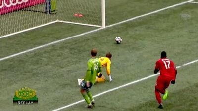 Jozy Altidore sorprende al portero con hermoso derechazo y acorta el marcador