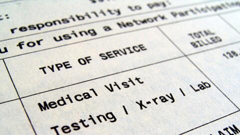 ¿Qué hacer si te enfermas de coronavirus, te llega una factura por miles de dólares y no tienes seguro médico?